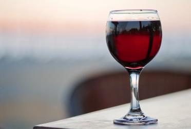 Theragenomische Medizin und soziale Gewohnheiten: ein regelmäßig eingenommes Glas Wein kann bei einigen Patienten mit Typ 2 Diabetes zu einem besseren Lipid-Profil und besseren Blutzuckerwerten führen
